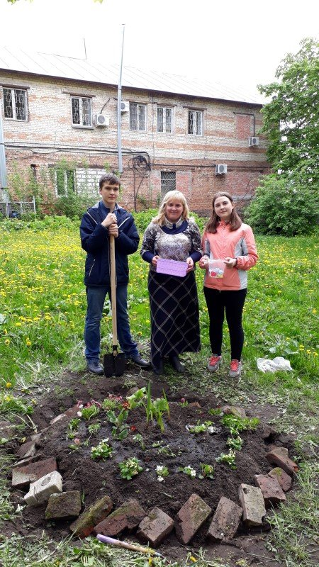 Ребята отряда «Дорогою добра» школы №29 города Смоленска сделали клумбу у хосписа