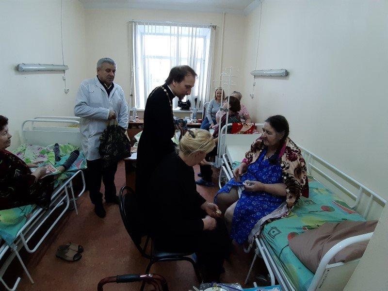 Священник поздравил пациентов руднянской больницы с Рождеством Христовым