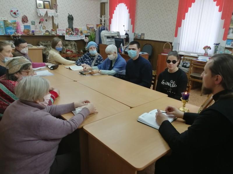 «Читаем Евангелие вместе»: лекторий в библиотеке для слепых