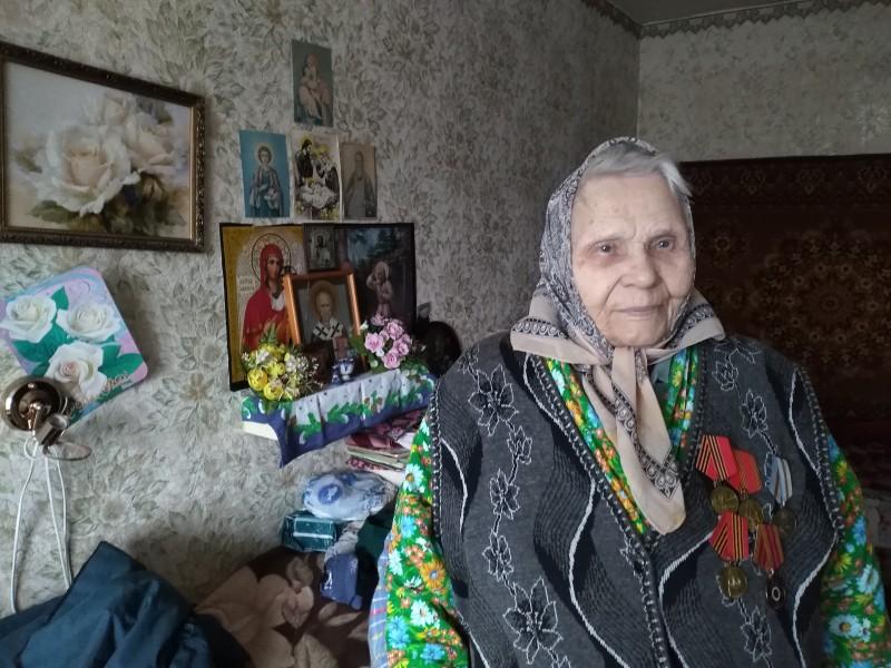 В городе Ярцеве священник поздравил труженицу тыла с Днем Победы
